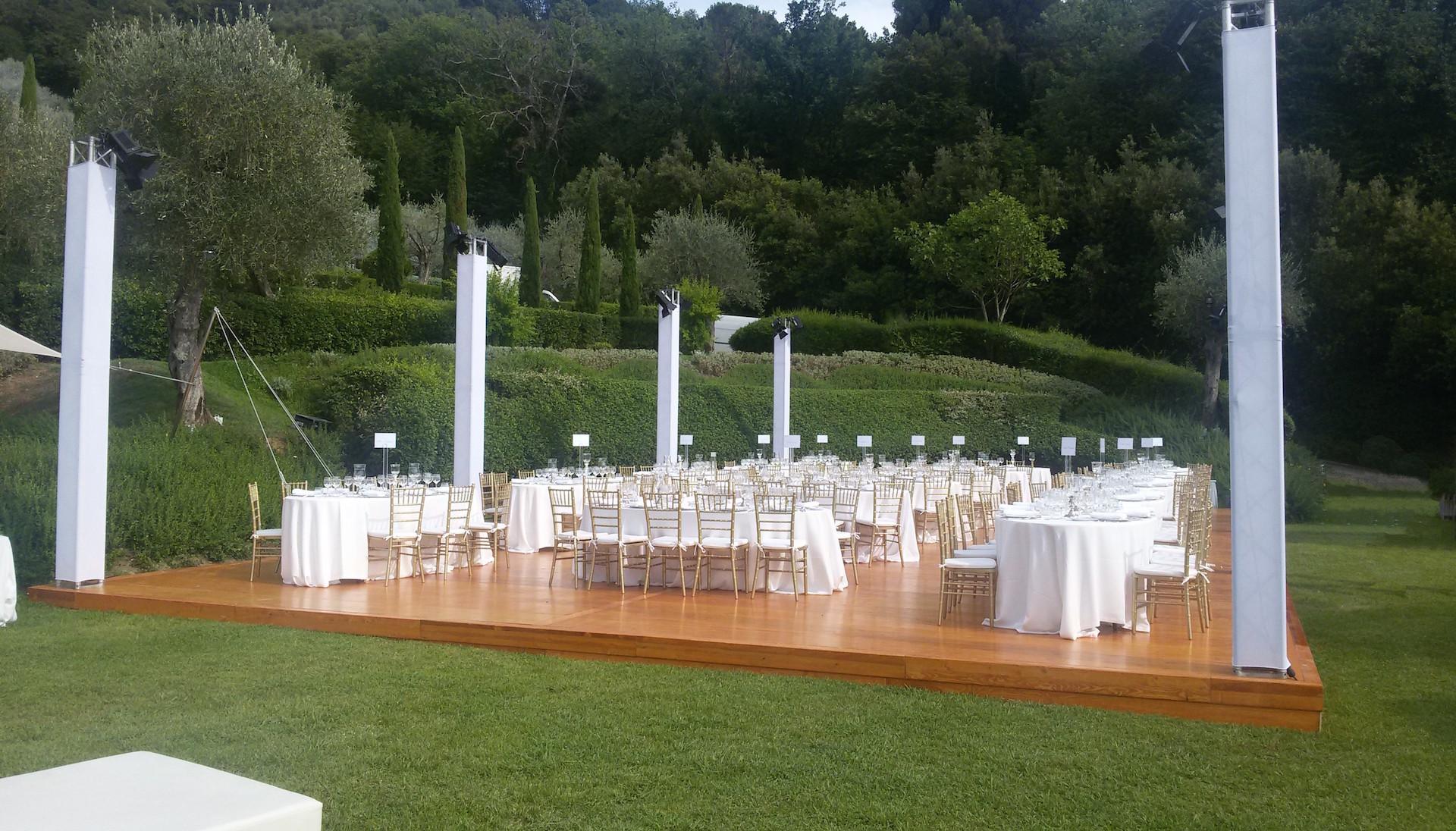 Pedana luxury con tavoli bianchi